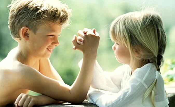 Les frères et sœurs aîné-e-s : entre super héro-ïne-s et ami-e-s intimes