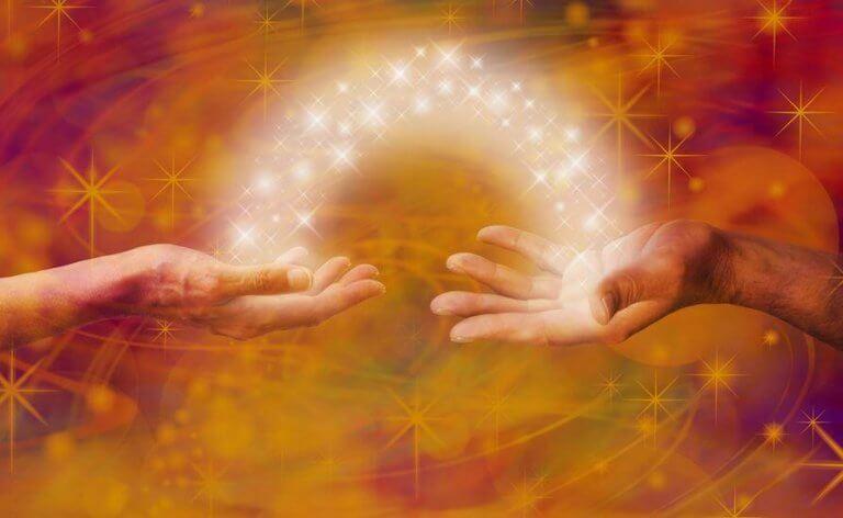 deux mains et un arc d'étoiles