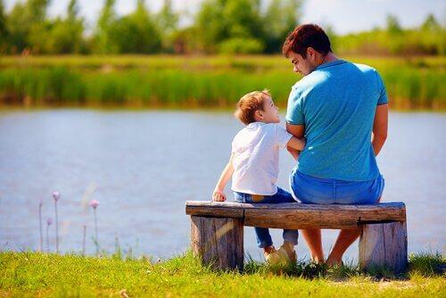 enfant avec un adulte au bord d'un lac