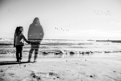 fille abandonnée par sa mère sur la plage