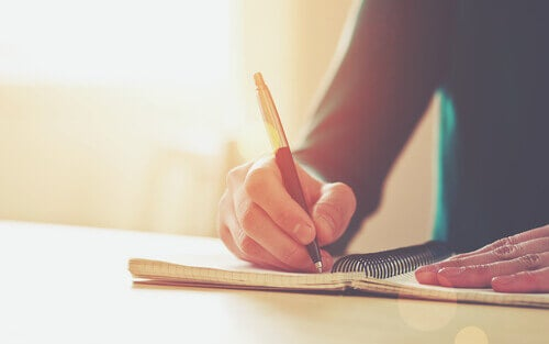 personne qui écrit