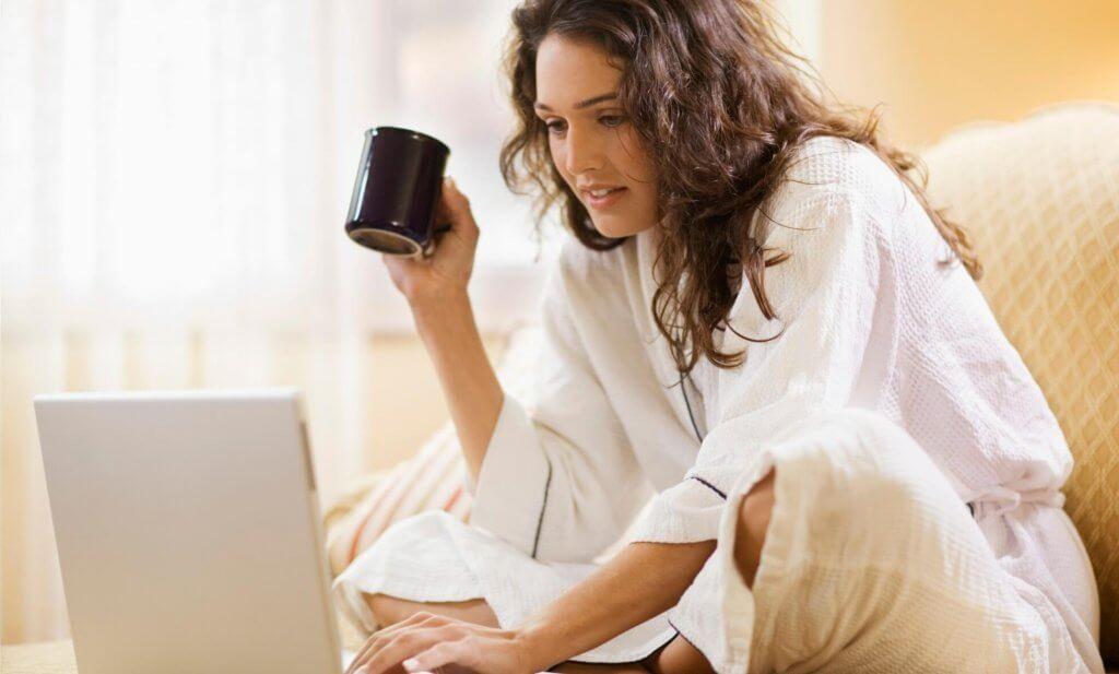 femme consultant un-e psychologue en ligne