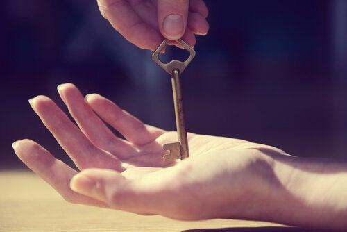 Main avec une clef