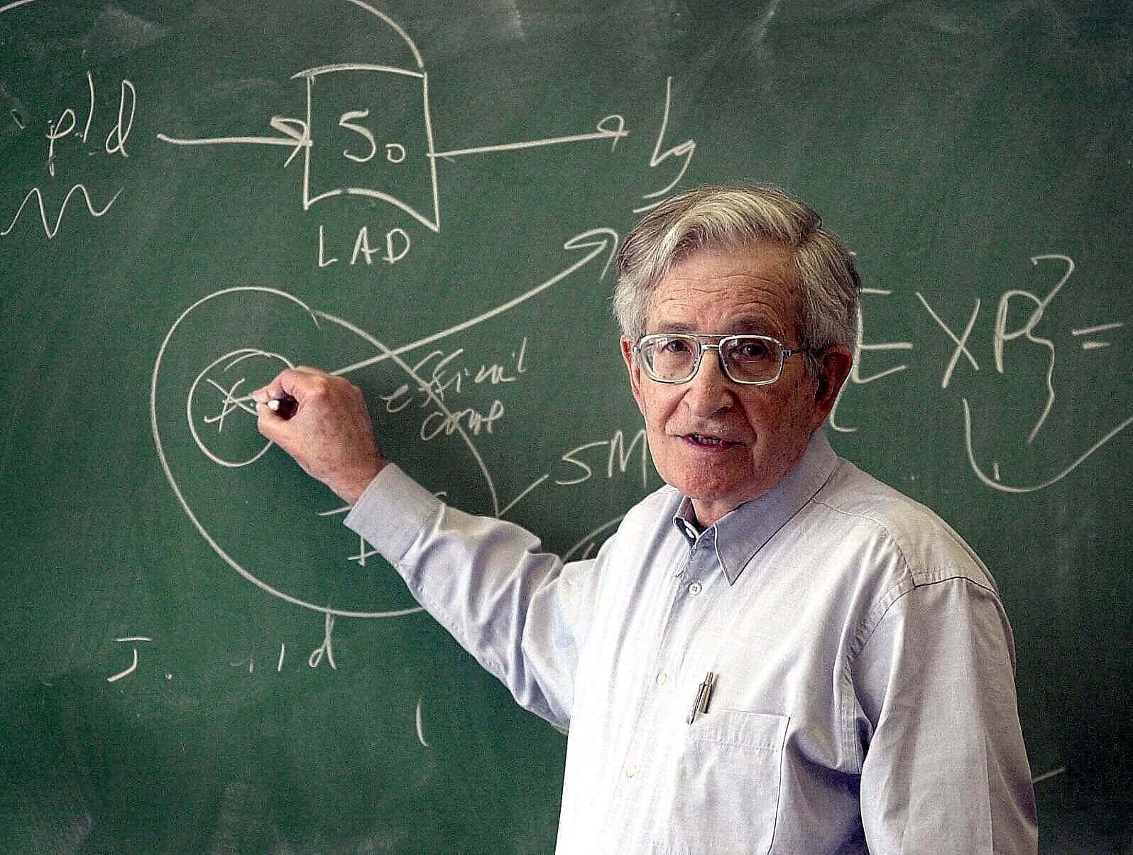 Noam Chomsky écrivant sur un tableau
