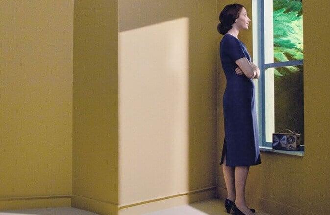 Femme regardant par la fenêtre les détails précieux de la vie