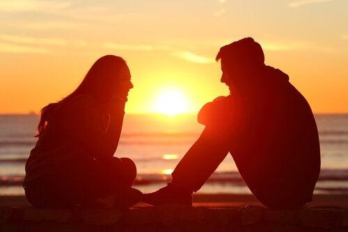 Amis discutant au coucher de soleil