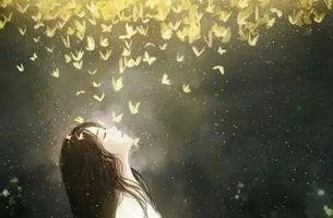 fille sous un nuage de papillons dorés