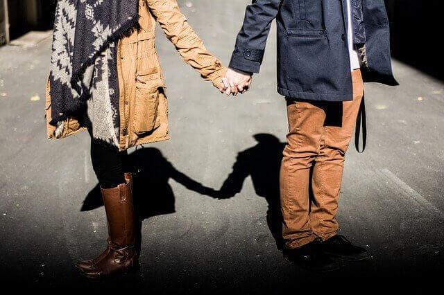 couple se tenant par la main