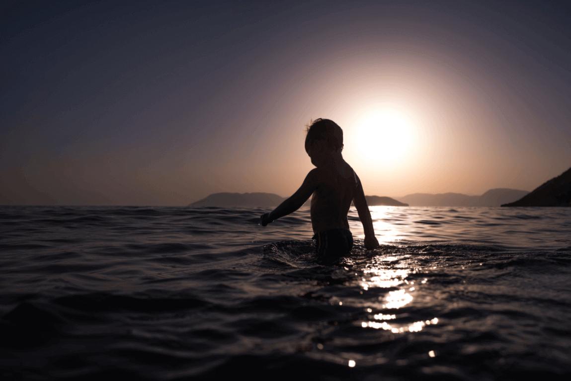 petit garçon dans la mer souffrant d'anxiété de séparation