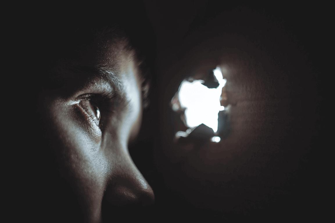 enfant regardant par un trou souffrant de l'anxiété de séparation