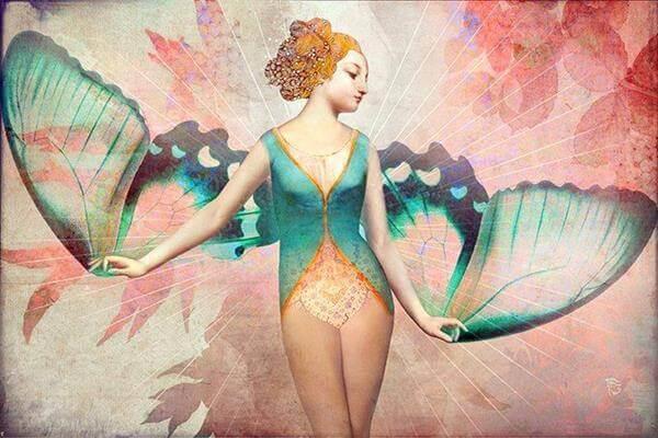 femme avec des ailes de papillon