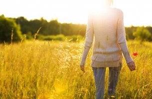 femme avec fleur mémorisant phrases d'amélioration et de motivation personnelle