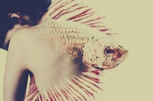 femme dos poisson
