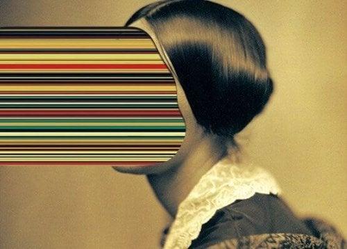 femme avec visage projeté