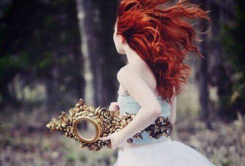 femme courant avec un miroir