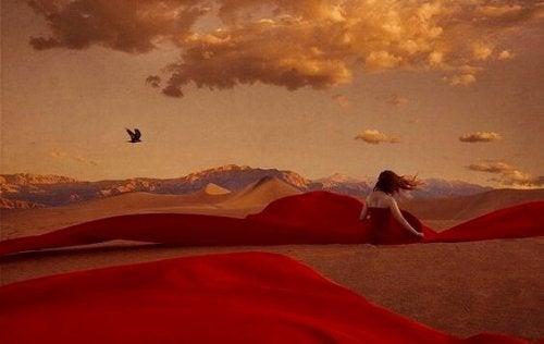 femme dans le désert qui attend que son âme l'atteigne