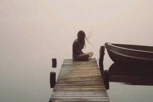 femme en silence au bord de l'eau