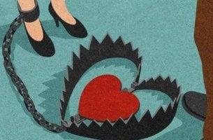 femme enchaînée à un coeur