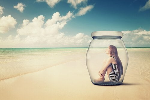 femme dans un bocal sur la plage