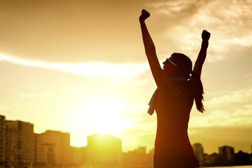 femme pleine de motivation intrinsèque