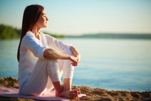 femme qui songe à commencer à méditer