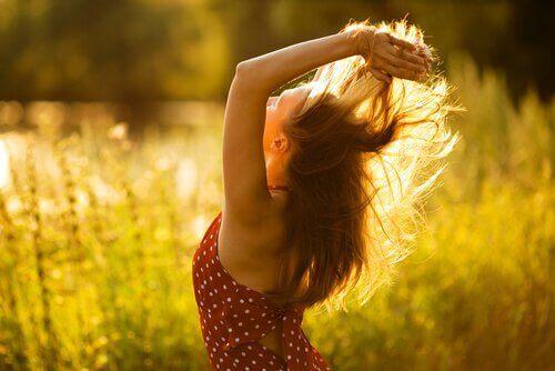 femme heureuse dans les champs