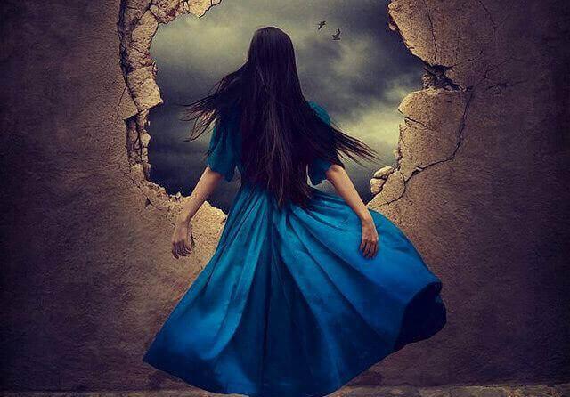 femme regardant par un trou