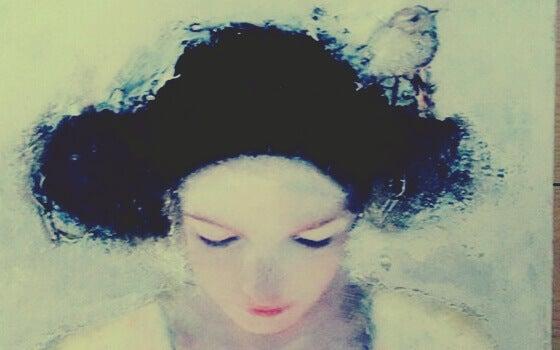 femme avec un oiseau dans les cheveux