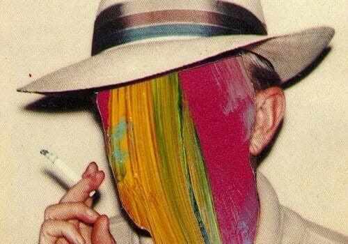 homme à la tête colorée en train de fumer