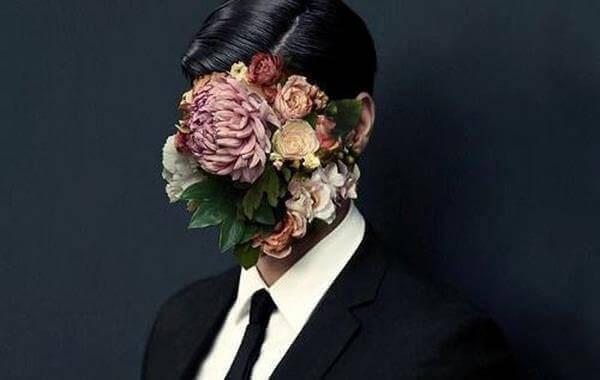 homme avec un visage de fleurs