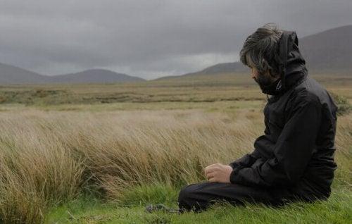homme dans un champ de silence