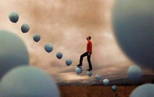 homme marchant sur des ballons