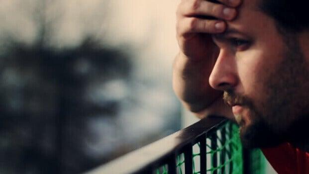 jeune homme préoccupé par la maladie d'Alzheimer
