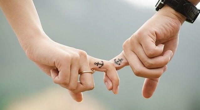 mains de couple unies