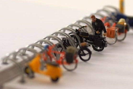 homme garant sa moto