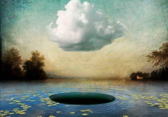 nuage au-dessus d'un trou sur l'eau
