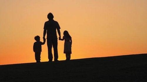 deux enfants avec leur père divorcé