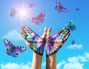 mains et papillons