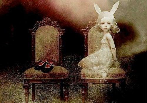 petite fille assise avec des oreilles de lapin