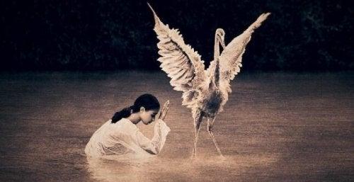 enfant avec oiseau