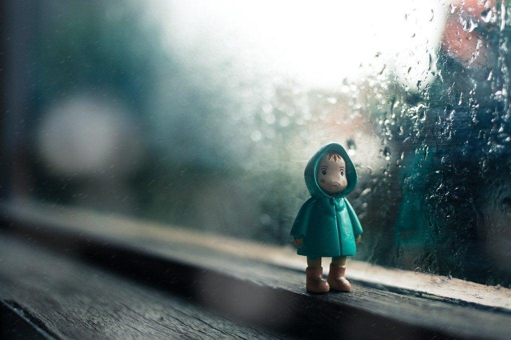 poupée d'un enfant triste