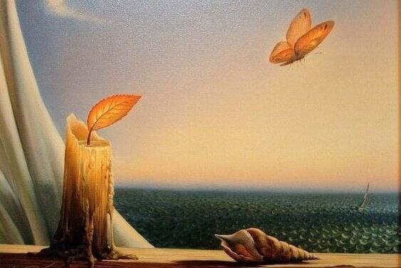 bougie et papillon face à la mer