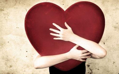 bras enlaçant un coeur