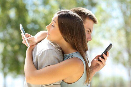 couple connecté sur les réseaux