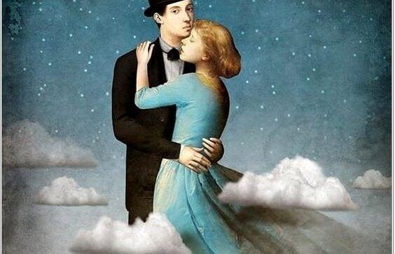 couple enlacé enveloppé dans les nuages