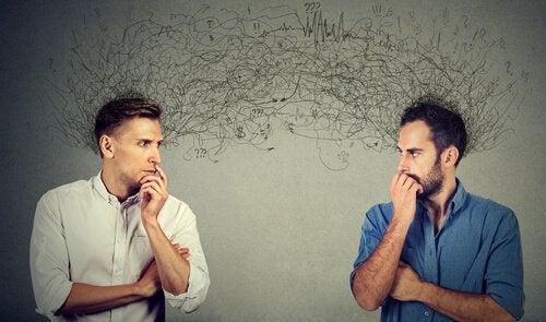 deux hommes ayant des attentes sociales