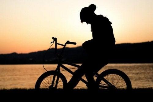 enfant à vélo en deuil