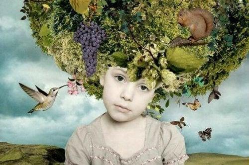 enfant avec des fleurs sur la tête