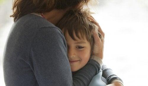 enfant sortant d'une dépression infantile enlacé par sa mère