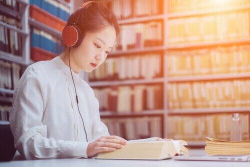 femme apprenant en musique